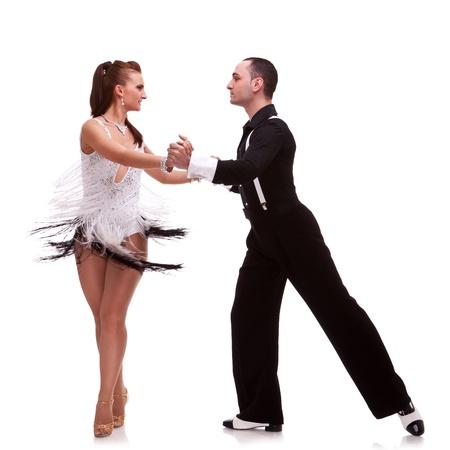 bailarines de salsa: Bailando joven pareja en un fondo blanco. Apasionados bailarines de salsa Foto de archivo