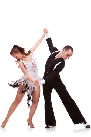 bailes latinos: Retrato de los jóvenes bailarines de tango elegancia. Pareja apasionada danza de baile latino. Aislado sobre fondo blanco