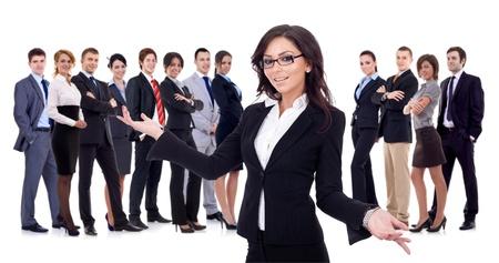 de bienvenida: joven mujer de negocios darle la bienvenida a su equipo exitoso negocio feliz