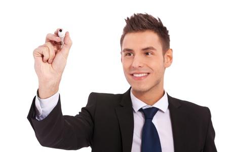 Hombre de negocios por escrito con un marcador aislado sobre fondo blanco