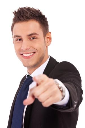 you can: joven hombre de negocios que apunta a la cámara sobre fondo blanco