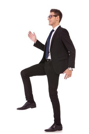 subiendo escaleras: hombre de negocios intensificando contra un fondo blanco