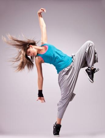 美しいダンスの髪をなびくと若い女性ダンサーのポーズします。 写真素材