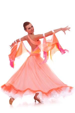 baile latino: Vista lateral de una bailarina hermosa mujer en un paso de baile de vals en el fondo blanco Foto de archivo