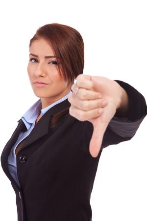 disapproving: Giovane donna d'affari gesticolare i pollici verso il basso su bianco Archivio Fotografico