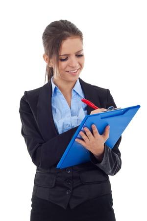 questionaire: Joven mujer de negocios por escrito en un portapapeles, aislados en un fondo blanco.
