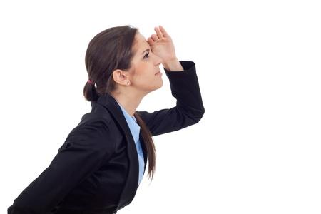 lejos: Vista lateral de una mujer de negocios joven mirando algo alto y muy lejos. Aislado sobre fondo blanco. Foto de archivo