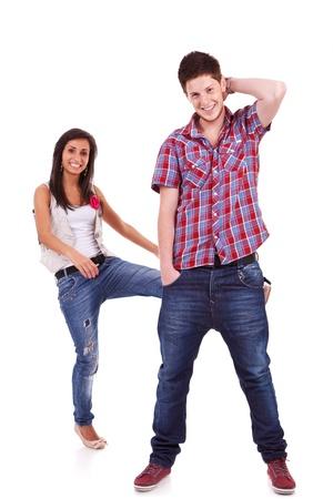 patada: Pares que tienen diversión. Mujer joven patadas a su novio en el trasero