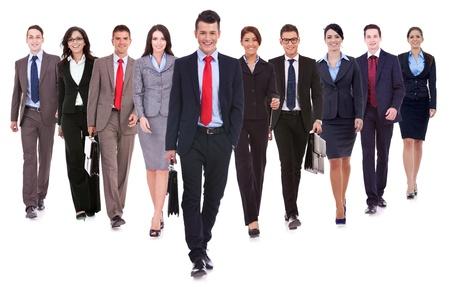 business case: Succesvolle gelukkig business team lopen naar de camera op witte achtergrond