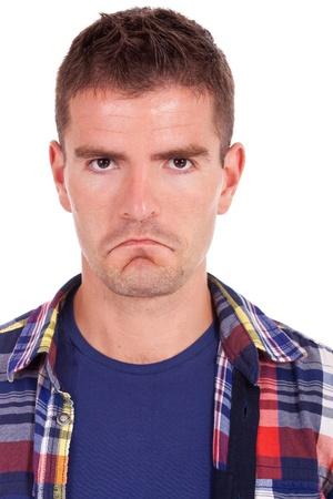 cara triste: cerca retrato de un hombre joven que mira la c�mara malestar fondo blanco