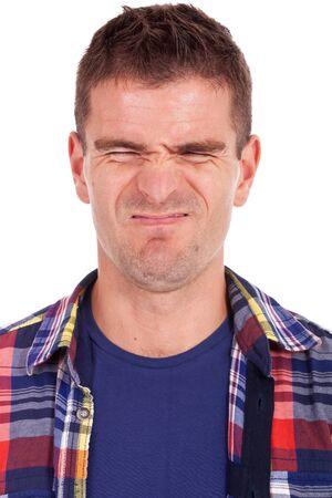 disapproving: ritratto di un uomo casual giovane che fa una faccia strana disapprovazione