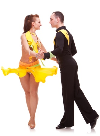 bailarines de salsa: pareja salsa dulce mirando eachother mientras baila