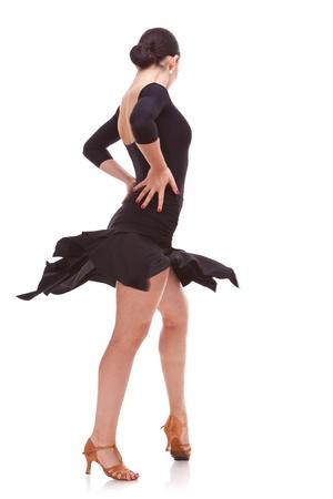 bailarines de salsa: Vista posterior de un bailar�n de salsa mujer joven en la acci�n con las manos en las caderas. Aislados en blanco