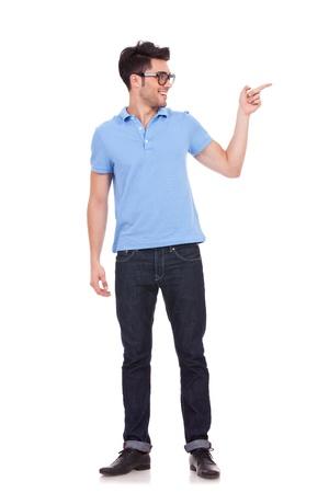 beiseite: Volle L�nge Bild von einem sch�nen Mann zeigt etwas auf der Seite, isoliert auf wei�