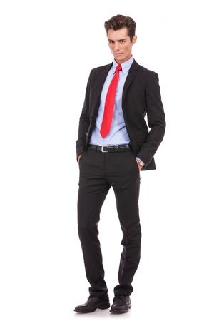 Dueño del negocio orgulloso posa para un retrato serio sobre fondo blanco. Imagen de cuerpo entero de un joven hombre de negocios serio mirando a la cámara