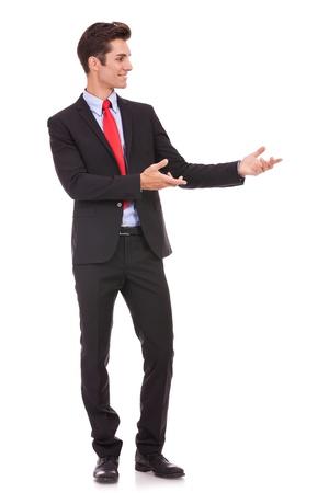 invitando: Hombre de negocios que presenta algo o invitar a usted en el fondo blanco