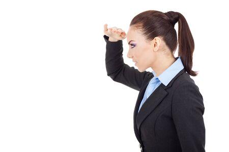 lejos: Vista lateral de una mujer de negocios joven y bella mirando a lo lejos, en el fondo blanco Foto de archivo