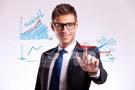 仮想画面上をタップしてより良い物事の順序を変更する選択肢を作る若いビジネスマン