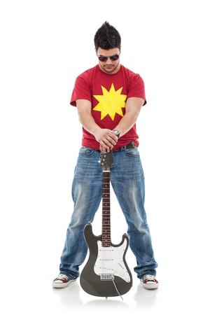 beine spreizen: voller L�nge Bild einer jungen Casual Mann mit einer Gitarre zwischen seinen gespreizten Beinen und nach unten