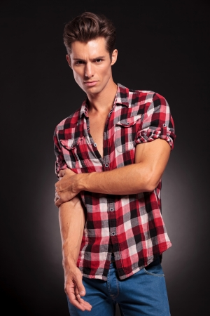 modelos hombres: Hombre joven de moda atractiva en un fondo oscuro