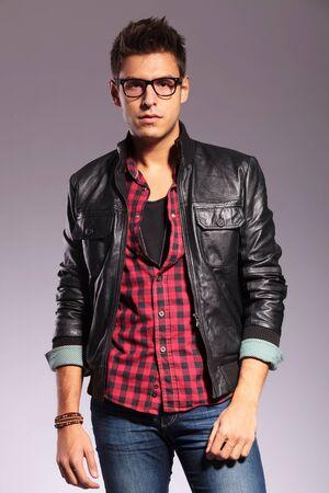 chaqueta de cuero: Hombre joven en una camiseta, pantalones vaqueros y una chaqueta de cuero
