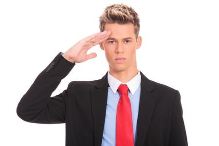 Uomo di affari che dà saluto isolato su sfondo bianco. uomo d'affari saluto militare