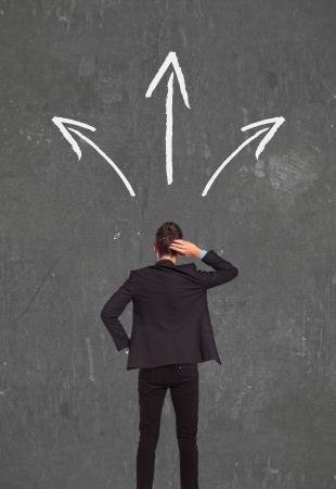man thinking: picture retour d'un homme d'affaires de fa�on confuse pens�e d'aller Wich