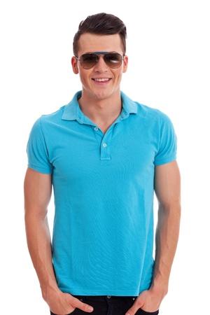 homem: homem atraente vestido casualmente em um stading camisa p