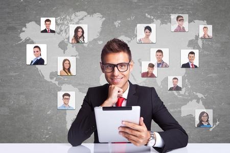 apoyo social: Collage con un hombre de negocios sonriente con pad tablet contra el fondo la tecnología, la comunicación con el mundo entero