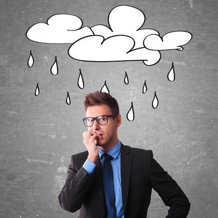 cara triste: Oficinista Preocupado con una nube dibujado en una pizarra en la cabeza Foto de archivo