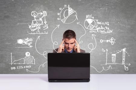 programm: L'uomo d'affari di lavoro con computer portatile e pensando a nuovi progetti