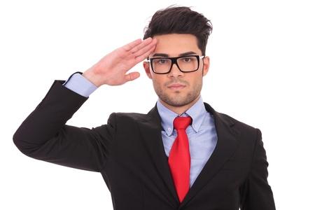 obediencia: Retrato de hombre de negocios ayoung saludando y mirando a la cámara en blanco