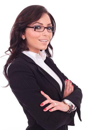 mani incrociate: angolo di vista di una giovane donna di affari che tiene le mani incrociate e sorridente alla macchina fotografica. su sfondo bianco Archivio Fotografico