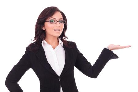 profesor: Mujer de negocios joven está sosteniendo algo imaginario en su mano, mientras sonreía a la cámara. en el fondo blanco