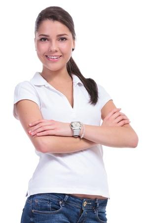 mani incrociate: casual giovane donna in piedi con le braccia incrociate e sorridendo alla telecamera. isolato su sfondo bianco Archivio Fotografico