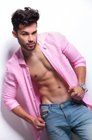 modelos hombres: el hombre de moda joven. aislado en un fondo blanco