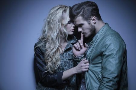 modelos hombres: mujer de moda joven abrazando a su novio reflexivo