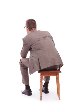 ülő: hát, kilátás, fiatal üzletember egy széken ülve. fehér alapon