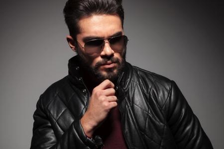 hombre con barba: lado de un hombre con barba de moda joven pensativo Foto de archivo