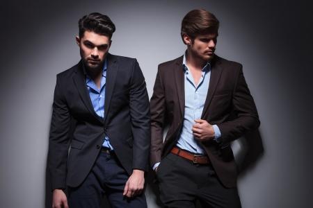 modelos hombres: par de los modelos masculinos que presentan en estudio, uno mirando a la c�mara, uno mirando a otro lado Foto de archivo