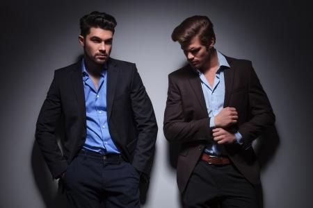 mannequins hommes: mod�les masculins posant en studio, de d�tourner les yeux et une fixation sa manche