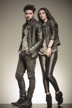 mannen en vrouwen: mode paar in casual lederen jassen poseren in de studio, full body foto