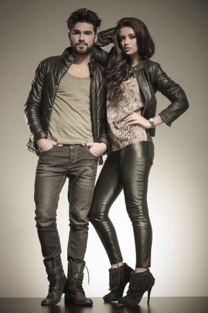 verliefd paar gekleed in lederen kleding op een manier stelt in studio Stockfoto