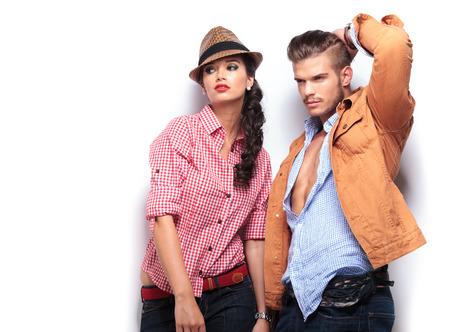남자와 여자의 패션 모델은 멀리보고 스튜디오에서 포즈 스톡 콘텐츠