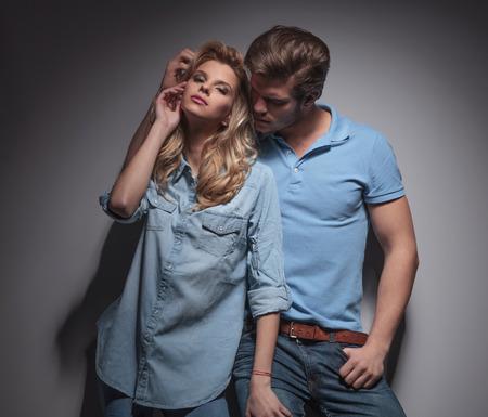 posa sexy: uomo che gioca con la sua ragazza in una posa sexy, studio di immagine Archivio Fotografico