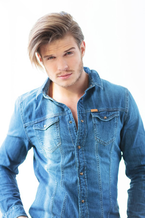 hombres guapos: joven en pantalones vaqueros ropa casual con la cara muy linda