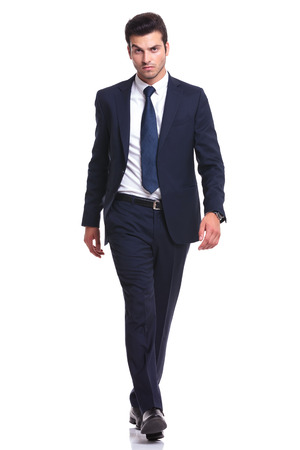 エレガントなビジネス男が白い背景の上を歩いて、カメラ目線のフルの長さの画像