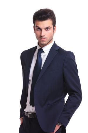 cabello negro: Cierre de imagen de un hombre de negocios hermoso que le mira mientras mantiene su mano en el bolsillo