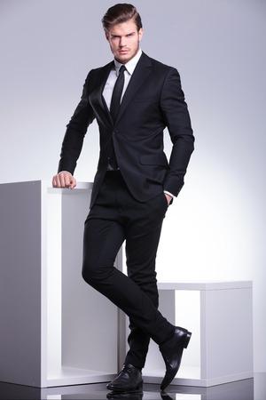 elegant business man: Immagine piena lunghezza di un elegante uomo d'affari che tiene una mano in tasca, mentre guardando la telecamera.