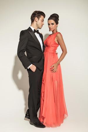 together with long tie: Foto de cuerpo entero de una elegante pareja de moda del abrazo, el hombre es la celebraci�n de una mano en el bolsillo.